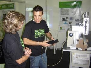 Aluno Rafael explica funcionamento do equipamento desenvolvido por ele e outros três colegas.